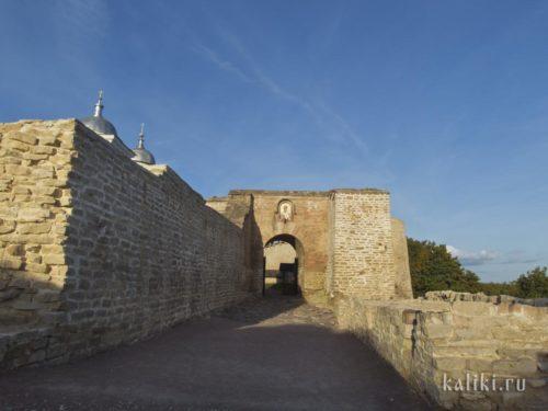Остатки захаба - длинного каменного коридора-ловушки, предназначенного для прорвавшего внешние ворота неприятеля