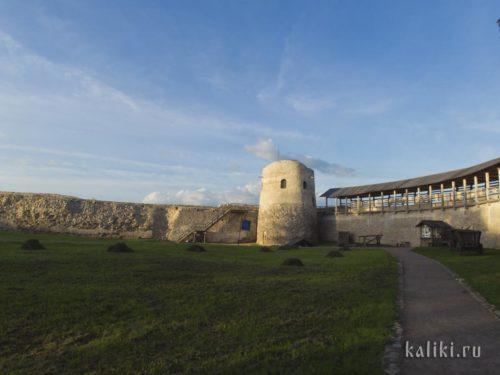 Внутри крепостной стены. Башня Луковка