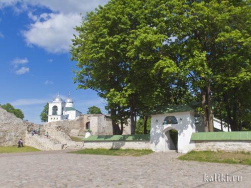 Церковь Сергия и Никандра у входа в Изборскую крепость