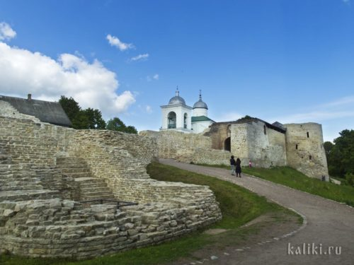 Вход в Изборскую крепость с западной, самой пологой и самой укрепленной стороны