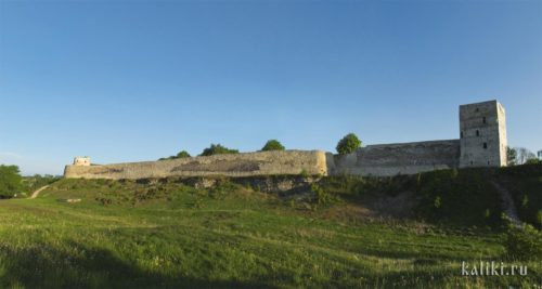 Восточная стена Изборска. Справа квадратная Талавская башня