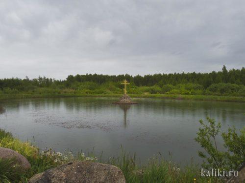 Поклонный крест на озере около монастыря