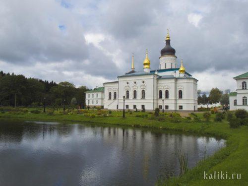 Храм Трёх Святителей Спасо-Елеазарова монастыря