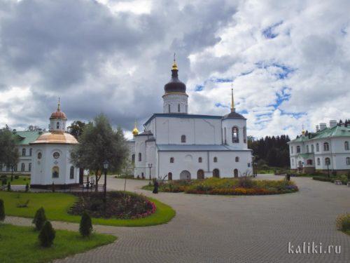 Внутри Спасо-Елеазарова монастыря