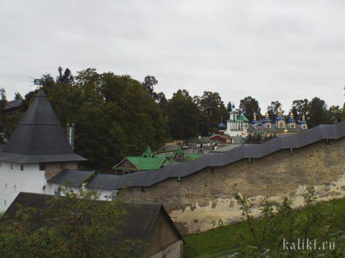 Основные храмы монастыря находятся в низине