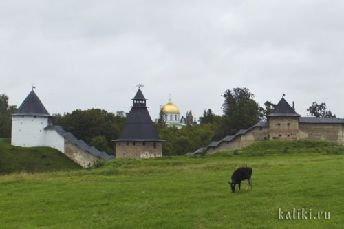 У монастырских стен