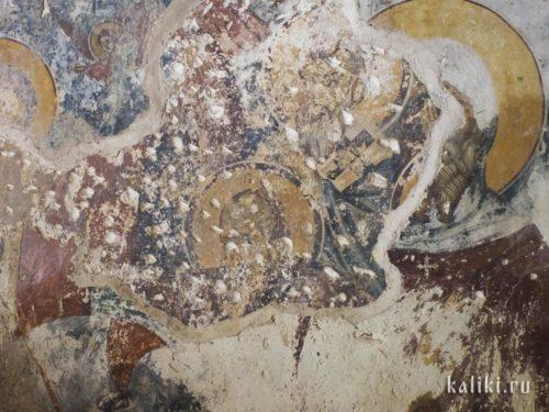 Здесь хорошо видно, как из под фресок XV-го века выглядывают фрески XIII-го века