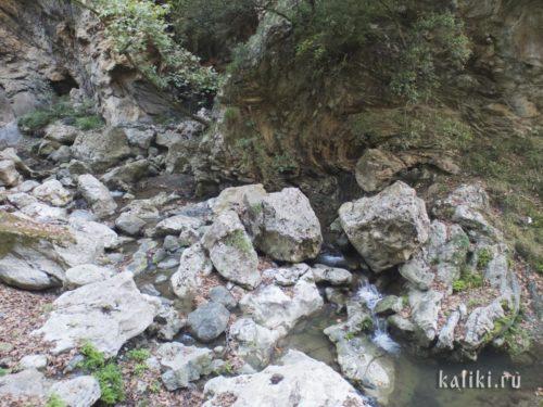 Ручей на дне ущелья Патсос