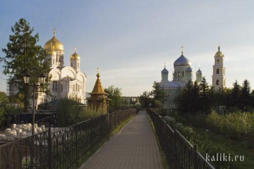 Колокольня, Троицкий собор (справа) и Преображенский собор. Вид со Святой Канавки