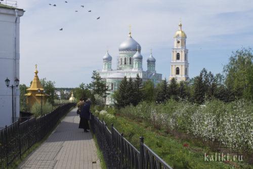 Колокольня, Троицкий собор и часовня прп. Серафима Саровского (слева)