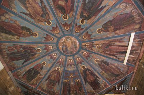 """Потолочные """"небеса"""" церкви св. Иоанна Златоуста в Саунино. В центре - новозаветная Троица, окруженная серафимами, на гранях - изображения святых и сцены из Евангелия"""