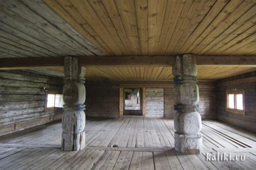 """Трапезная церкви св. Иоанна Златоуста. Два массивных резных столба поддерживают потолочную балку-матицу. На столбах традиционная деревянная резьба в виде """"дынек"""", перехваченных жгутами"""