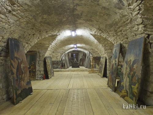 """Первый этаж каргопольского Христорождественского собора с хранящимися здесь """"небесами"""""""