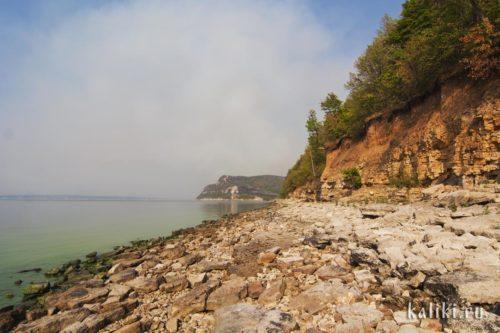 Оголившийся берег Жигулевского моря во время засухи 2010 года. На заднем плане Молодецкий курган