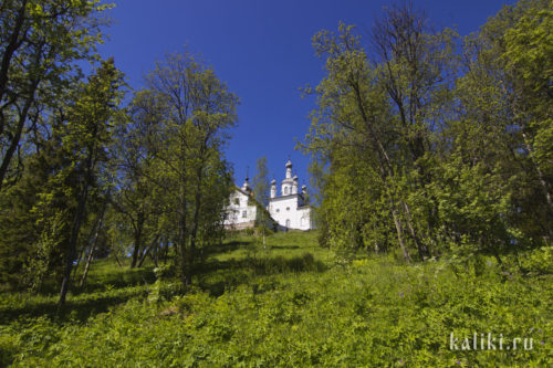 Вид на братский корпус и церковь Распятия от подножия горы Голгофы