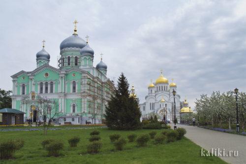 Троицкий собор (слева) и Спасо-Преображенский собор