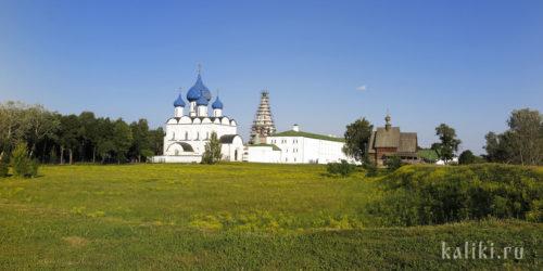Архитектурный ансамбль Суздальского Кремля. Справа виден древний крепостной вал