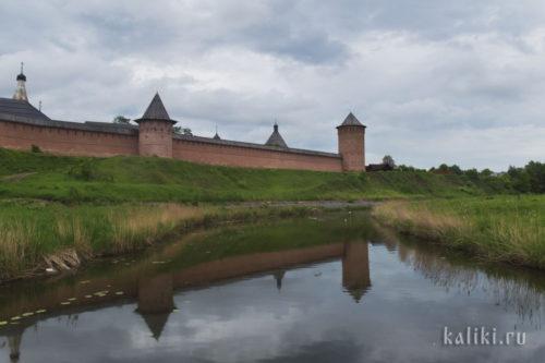 Вид на крепостные стены со стороны р. Каменки