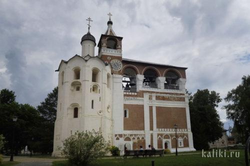 Звонница Спасо-Евфимиева монастыря. Слева церковь во имя Рождества Иоанна Предтечи