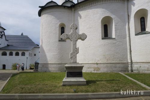 Памятный крест на месте усыпальницы князей Пожарских и Хованских