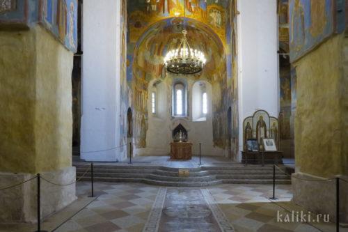 Интерьер Спасо-Преображенского собора. Вид на алтарную часть