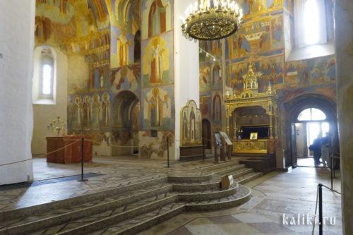 Интерьер Спасо-Преображенского собора. Справа сень и рака с мощами прп. Евфимия Суздальского