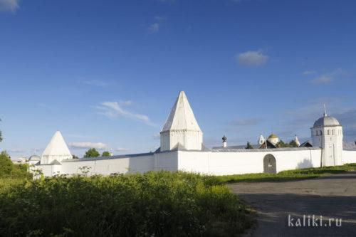 Стены Покровского монастыря с шатровыми башнями (XVII в.)