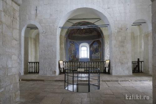 Интерьер храма Бориса и Глеба. На переднем плане место, где расположен омфалий