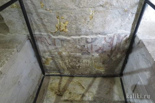 Археологические раскопки пола храма Бориса и Глеба с фресками XII в.