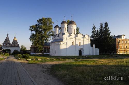 Ризоположенский собор, справа келейный корпус
