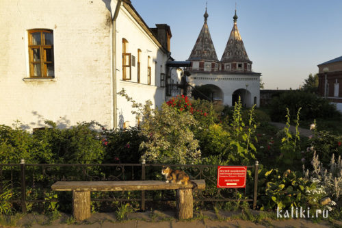 Перед входом на Преподобенскую колокольню