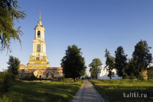 На территории Ризоположенского монастыря. Справа место, где располагался Троицкий собор