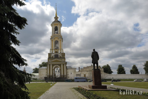Преподобненская колокольня, справа памятник В.И. Ленину, установленный перед зданием администрации Суздаля