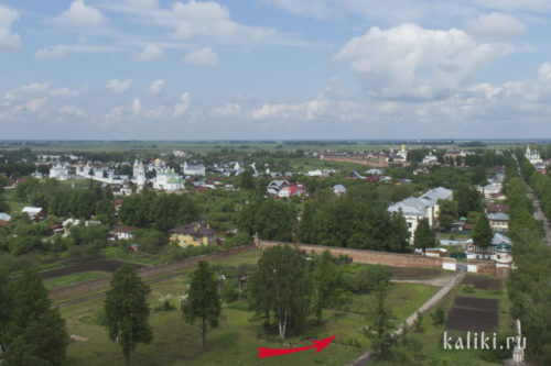 Красной стрелкой указано место, где стоял Троицкий собор. Вид с Преподобенской колокольни