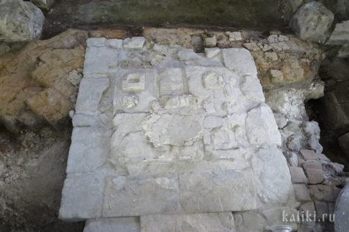 Нижняя часть белокаменного престола. XIII в.