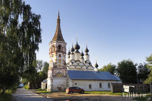 Антипиевская церковь (на переднем плане) и Лазаревская церкви
