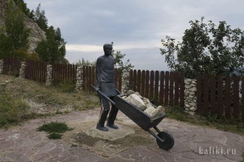 Памятник горнорабочему на смотровой площадке в Ширяево