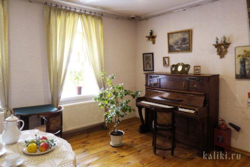 Пианино нач. XX в. в гостиной
