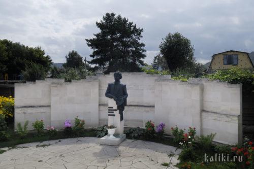 Памятник художнику И.Е. Репину