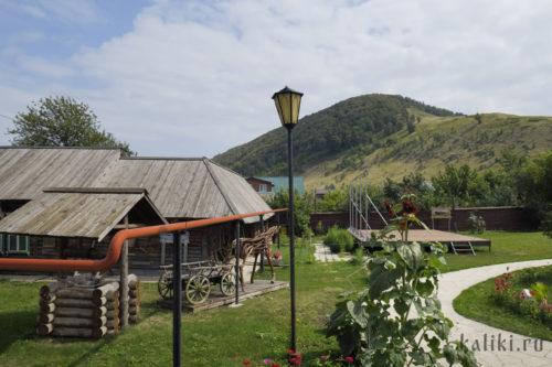 На территории Историко-музейного комплекса. Слева усадьба Алексеевых